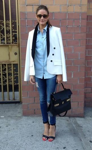 Look de Olivia Palermo: Blazer Cruzado Blanco, Camisa Vaquera Celeste, Vaqueros Pitillo Desgastados Azules, Sandalias de Tacón de Cuero en Rojo y Negro