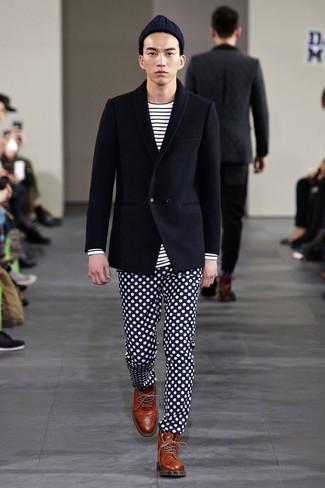 Cómo combinar: blazer cruzado de lana negro, camiseta de manga larga de rayas horizontales en blanco y negro, pantalón de vestir a lunares en azul marino y blanco, botas brogue de cuero marrónes