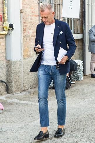Cómo combinar: blazer cruzado azul marino, chaleco de vestir negro, camiseta con cuello circular blanca, vaqueros azules