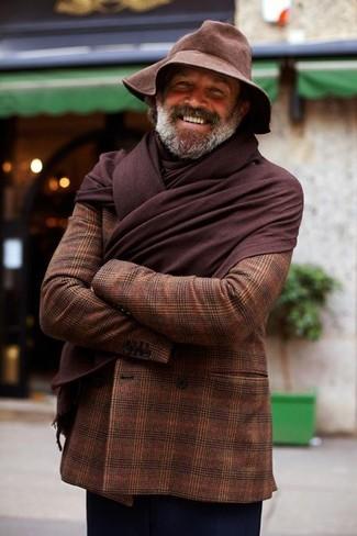 Cómo combinar: blazer cruzado de tartán en marrón oscuro, pantalón chino azul marino, sombrero en marrón oscuro, bufanda en marrón oscuro
