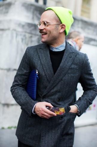 Casa un blazer cruzado de lana en gris oscuro con un pantalón de vestir negro para una apariencia clásica y elegante.