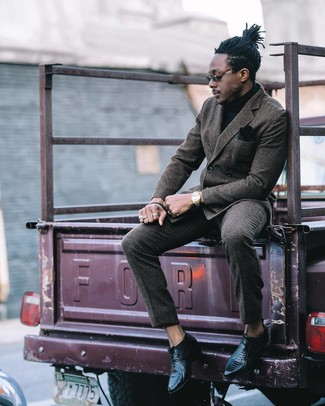 Elige un blazer cruzado de lana en gris oscuro y un pantalón de vestir de lana gris oscuro para rebosar clase y sofisticación. Mezcle diferentes estilos con botines chelsea de cuero negros.