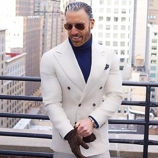 Cómo combinar: blazer cruzado blanco, jersey de cuello alto azul marino, pantalón de vestir blanco, pañuelo de bolsillo a lunares en azul marino y blanco