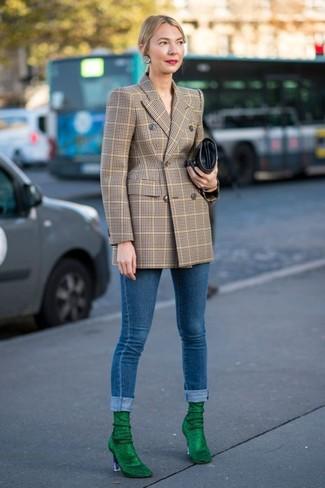 Cómo combinar: blazer cruzado a cuadros marrón claro, vaqueros pitillo azules, botines de ante verdes, cartera sobre de cuero negra
