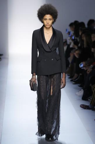 Cómo combinar: blazer cruzado negro, falda larga de encaje negra, botas sobre la rodilla de cuero negras, cartera sobre negra