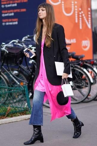 Cómo combinar: blazer cruzado negro, vestido camisola rosa, vaqueros de campana azules, botines de cuero negros