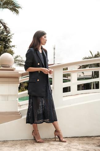 Cómo combinar: blazer cruzado negro, vestido midi de encaje negro, sandalias de tacón de cuero en beige