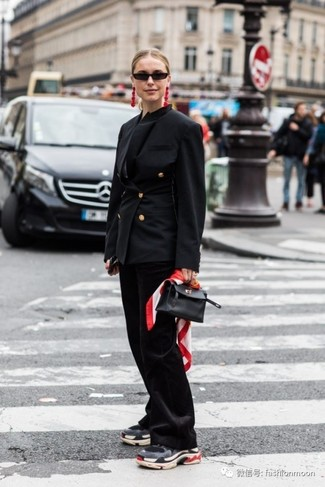 Cómo combinar: blazer cruzado negro, pantalón de campana negro, deportivas en gris oscuro, cartera de cuero negra