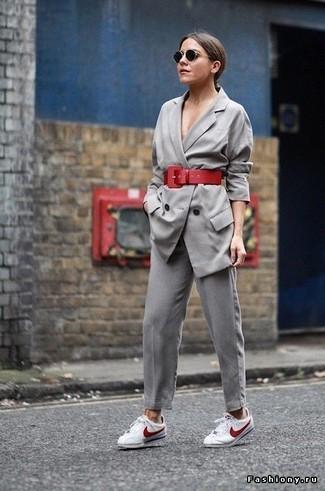 Cómo combinar: blazer cruzado gris, pantalón de pinzas gris, tenis en blanco y rojo, cinturón de cuero rojo