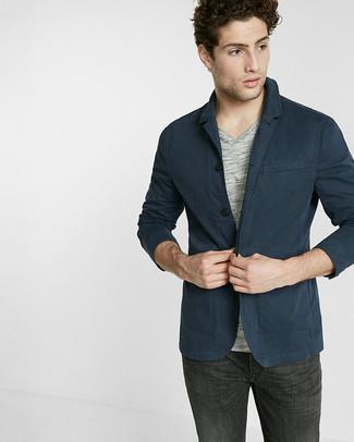 Cómo combinar: blazer de algodón azul marino, camiseta con cuello en v gris, vaqueros en gris oscuro