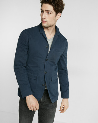 Cómo combinar: blazer de algodón azul marino, camiseta con cuello en v gris, vaqueros negros