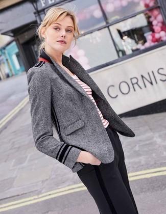 Este combo de un blazer de espiguilla gris y un pantalón de vestir negro de Stella McCartney te permitirá mantener un estilo cuando no estés trabajando limpio y simple.