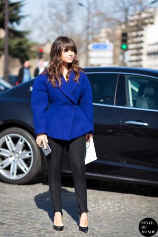 Look de Miroslava Duma: Blazer de Lana Azul, Pantalón de Vestir Negro, Zapatos de Tacón de Cuero Negros