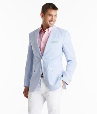 Cómo combinar: blazer de seersucker celeste, camisa de manga larga rosada, pantalón chino blanco
