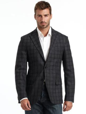 Cómo combinar: blazer de tartán en gris oscuro, camisa de vestir blanca, vaqueros azul marino