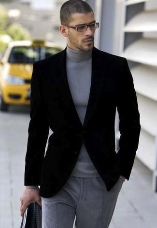 Equípate un blazer de terciopelo negro de hombres de Alexander McQueen junto a un pantalón de vestir de lana gris para rebosar clase y sofisticación.