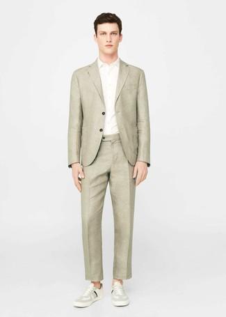 Cómo combinar: blazer de lino en beige, camisa de manga corta blanca, pantalón de vestir de lino en beige, tenis en beige