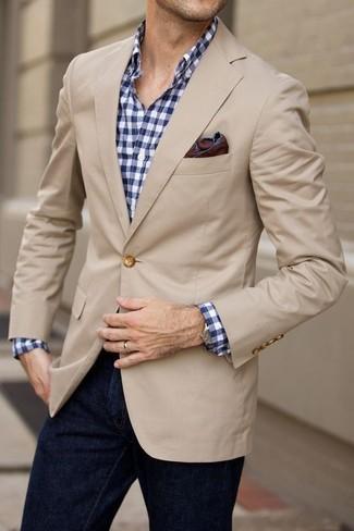 Cómo combinar: blazer en beige, camisa de manga larga de cuadro vichy en blanco y azul marino, vaqueros azul marino, pañuelo de bolsillo en marrón oscuro