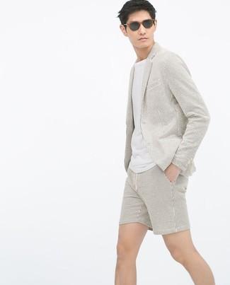 Cómo combinar: blazer de seersucker en beige, camiseta con cuello circular blanca, pantalones cortos de seersucker en beige, gafas de sol negras