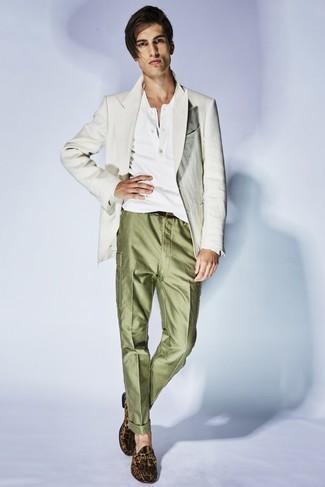 Cómo combinar: blazer de lino en beige, camiseta henley blanca, pantalón de vestir verde oliva, mocasín de ante de leopardo marrón