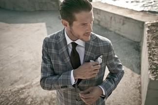 Cómo combinar: blazer de tartán en gris oscuro, camisa de vestir blanca, corbata negra, pañuelo de bolsillo blanco