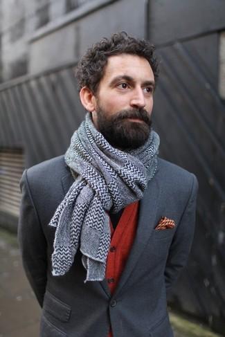 Cómo combinar: blazer en gris oscuro, cárdigan rojo, pañuelo de bolsillo estampado naranja, bufanda en zig zag gris