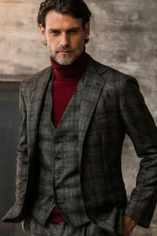 Cómo combinar: blazer de lana de tartán en gris oscuro, chaleco de vestir de lana de tartán en gris oscuro, jersey de cuello alto burdeos, pantalón de vestir de lana de tartán en gris oscuro