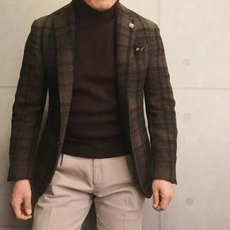 Cómo combinar: blazer de lana a cuadros en marrón oscuro, jersey de cuello alto en marrón oscuro, pantalón de vestir de lana en beige, pañuelo de bolsillo estampado en marrón oscuro