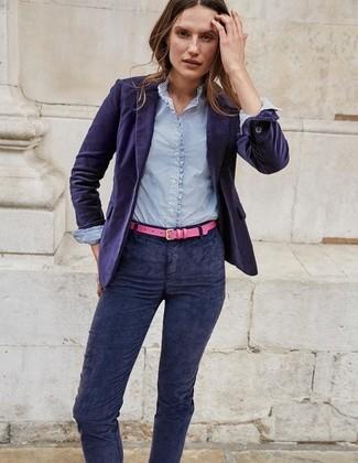 Considera emparejar un blazer de terciopelo en violeta con unos vaqueros pitillo de pana azul marino para crear una apariencia elegante y glamurosa.