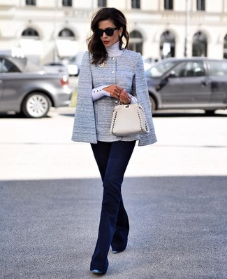 Cómo combinar: blazer estilo capa celeste, jersey de cuello alto blanco, pantalón de campana azul marino, zapatos de tacón de cuero azules