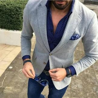 Cómo combinar: blazer de lana gris, camisa de manga larga a lunares azul marino, vaqueros azul marino, pañuelo de bolsillo de paisley azul marino
