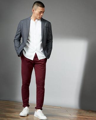 Cómo combinar: blazer gris, camisa de manga larga blanca, pantalón chino burdeos, tenis de cuero blancos