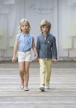 Cómo combinar: blazer gris, camisa de manga larga de tartán blanca, pantalones amarillos, zapatillas blancas
