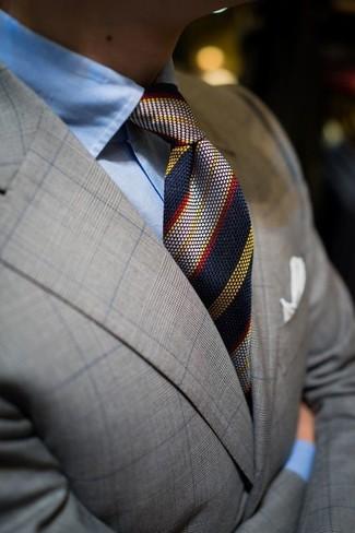 Cómo combinar: blazer de tartán gris, camisa de vestir celeste, corbata de rayas verticales azul marino, pañuelo de bolsillo blanco