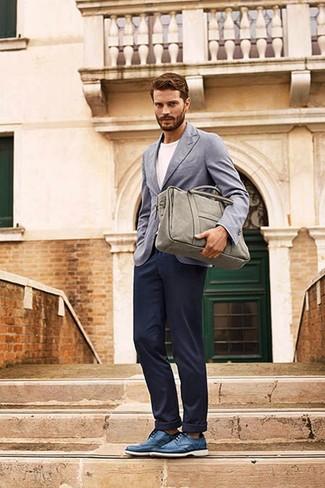 Look de Jamie Dornan: Blazer Gris, Camiseta con Cuello Circular Blanca, Pantalón Chino Azul Marino, Zapatos Derby de Cuero Azules
