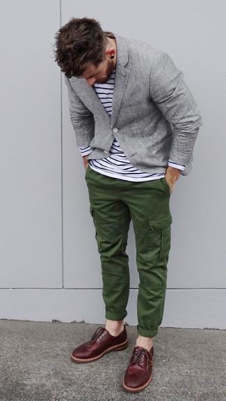 Cómo combinar: blazer gris, camiseta de manga larga de rayas horizontales en blanco y negro, pantalón cargo verde oscuro, zapatos brogue de cuero burdeos