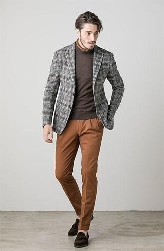 Cómo combinar: blazer de lana de tartán gris, jersey de cuello alto en marrón oscuro, pantalón chino en tabaco, mocasín con borlas de ante en marrón oscuro