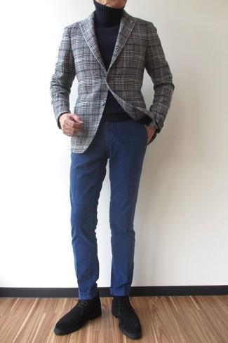 Cómo combinar: blazer de lana de tartán gris, jersey de cuello alto negro, pantalón chino azul marino, botas safari de ante negras