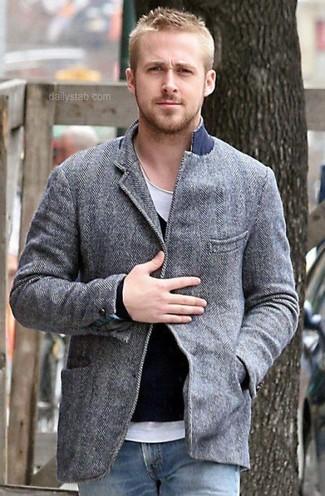 Look de Ryan Gosling: Blazer de Lana Gris, Jersey de Pico Negro, Camiseta con Cuello Circular Blanca, Vaqueros Azules