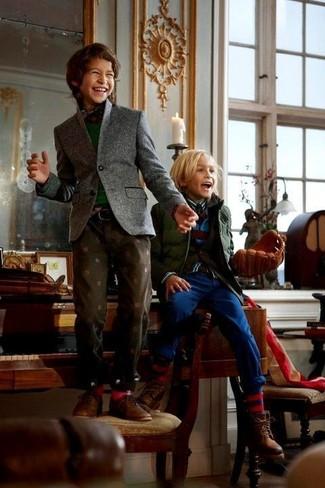 Cómo combinar: blazer gris, jersey verde oscuro, camisa de manga larga de tartán en rojo y azul marino, vaqueros en marrón oscuro