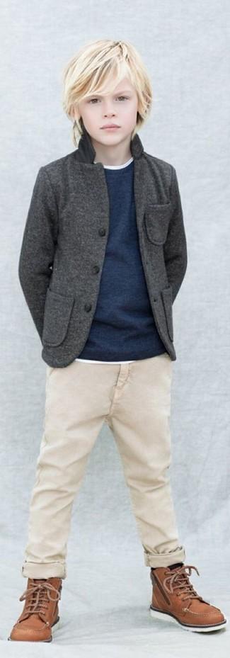 Cómo combinar: blazer en gris oscuro, jersey azul marino, camiseta blanca, pantalones en beige
