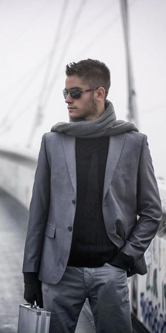 Cómo combinar: blazer de lana gris, jersey con cuello chal negro, pantalón chino gris, bufanda de punto gris