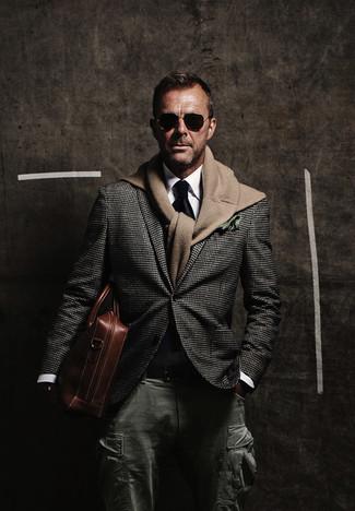 Cómo combinar: blazer de pata de gallo en gris oscuro, jersey con cuello circular marrón claro, camisa de vestir blanca, pantalón cargo verde oscuro