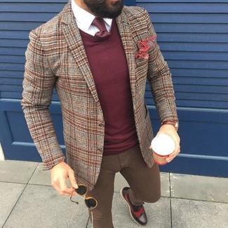 Cómo combinar: blazer de lana de tartán marrón, jersey con cuello circular burdeos, camisa de vestir blanca, vaqueros pitillo marrónes