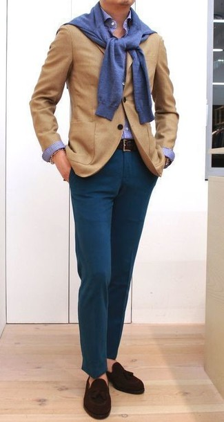 Cómo combinar: blazer de lana marrón claro, jersey con cuello circular azul, camisa de vestir de cuadro vichy azul, pantalón chino en verde azulado