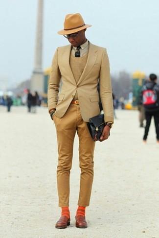 Cómo combinar: blazer marrón claro, jersey con cuello circular marrón claro, camisa de vestir en beige, pantalón chino marrón claro