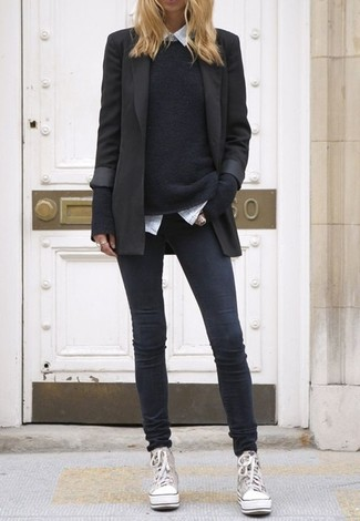 Para un atuendo que esté lleno de caracter y personalidad casa un blazer negro con unos vaqueros pitillo en gris oscuro. Zapatillas altas de lona grises darán un toque desenfadado al conjunto.