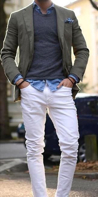 Un blazer de algodón verde oliva de Paul Smith y unos vaqueros blancos son una gran fórmula de vestimenta para tener en tu clóset.