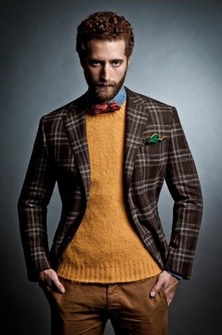 Cómo combinar: blazer de lana de tartán en marrón oscuro, jersey con cuello circular naranja, camisa vaquera azul, pantalón chino en tabaco