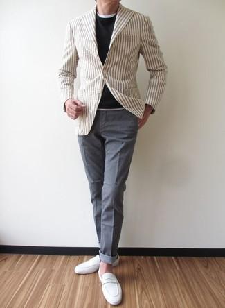Cómo combinar: blazer de rayas verticales en beige, jersey con cuello circular negro, camiseta con cuello circular blanca, pantalón chino gris